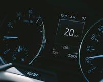Velocímetro do carro com 20 quilômetros de indicação digital Imagens de Stock