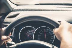 Velocímetro do carro a uma velocidade de 100 quilômetros pela hora Fotografia de Stock