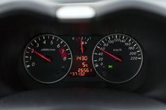 Velocímetro em um carro a uma velocidade de sessenta quilômetros Foto de Stock