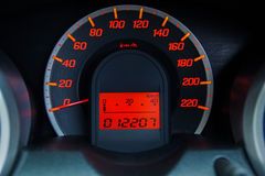 Velocímetro moderno del coche y tablero de instrumentos iluminado Imagenes de archivo