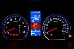 Velocímetro moderno del coche y tablero de instrumentos iluminado Fotos de archivo libres de regalías