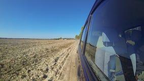 Veloce conducendo un'automobile nella campagna video d archivio