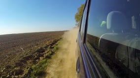 Veloce conducendo un'automobile nella campagna La macchina fotografica è fuori e teso indietro video d archivio