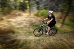Velocidad Biking del movimiento de la montaña de la mujer de la muchacha fotos de archivo