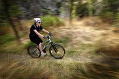 Velocidad Biking del movimiento de la montaña de la mujer de la muchacha imagenes de archivo