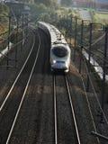 Velocidad completa francesa del TGV en día brillante Imagenes de archivo