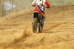 Velocidad de aceleración del corredor del motocrós en pista Imagen de archivo libre de regalías