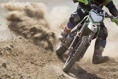 Velocidad de aceleración del corredor del motocrós en pista imagenes de archivo