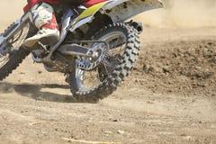 Velocidad de aceleración del corredor del motocrós en pista fotos de archivo libres de regalías