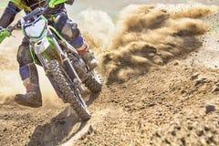 Velocidad de aceleración del corredor del motocrós en pista fotografía de archivo
