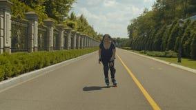 Velocidad de goce femenina feliz y viento rollerblading almacen de video