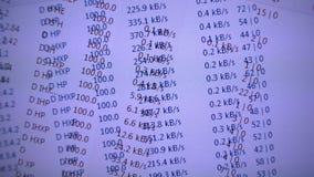 Velocidad de la transferencia directa del fichero del torrente en la pantalla de ordenador Foto de archivo libre de regalías