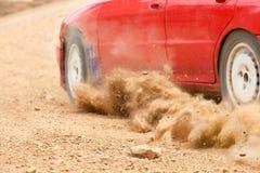 Velocidad del coche de la reunión en pista de tierra Fotos de archivo libres de regalías