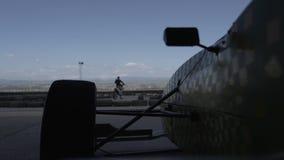 Velocidad del garaje de la fórmula del coche deportivo, bici, enduro, raza, deporte, automóvil, circuito, competencia almacen de video