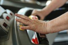 Velocidad mecanografiado de la mujer mayor activa en la máquina del ejercicio Fotografía de archivo libre de regalías