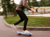 Velocidad moderna de la falta de definición de la forma de vida del inconformista del muchacho del patinador Imagenes de archivo