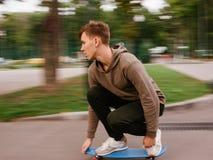 Velocidad moderna de la falta de definición de la forma de vida del inconformista del muchacho del patinador Imagen de archivo