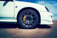 Velocidade - carro de esportes do detalhe com céu do verão Imagem de Stock