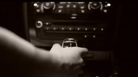 Velocidade de deslocamento do ` s do carro da mulher vídeos de arquivo