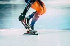 Velocidade do atleta da menina que patina trabalhando com pá a neve com lâminas do patim Fotografia de Stock Royalty Free