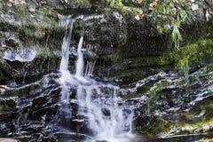 Velocidade do obturador lenta bonita em cachoeiras no Gales do Sul Fotos de Stock Royalty Free