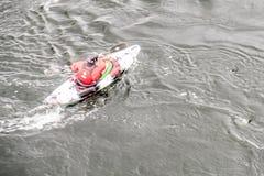 A velocidade do obturador lenta borrada disparou de um motorista da canoa com espaço da cópia Fotos de Stock Royalty Free