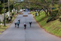 Velocidade dos skateres que compete para baixo Fotos de Stock