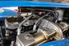 Velocidade e extremo da roda do motor do motor da trilha do carro desportivo na garagem foto de stock royalty free