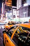 Velocidades amarillas del taxi a través del Times Square en Nueva York. Imagenes de archivo