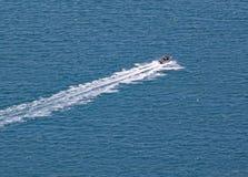 Velocidades de un barco de motor a través del mar que rodea el soporte Maunganui en la isla del norte, Nueva Zelanda de la turque imagen de archivo libre de regalías