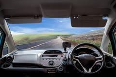 Velocidades del tablero de instrumentos del coche mientras que en el camino imagenes de archivo