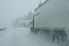 Velocidades del tráfico a lo largo de los caminos helados y nevosos Imagen de archivo libre de regalías
