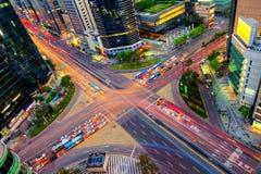 Velocidades del tráfico a través de una intersección en Gangnam Imágenes de archivo libres de regalías