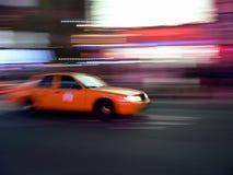 Velocidades do táxi através das ruas Imagem de Stock Royalty Free