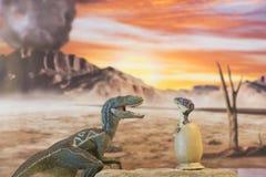 Velociraptor μωρών από το αυγό με το αρπακτικό πτηνό μητέρων Στοκ εικόνες με δικαίωμα ελεύθερης χρήσης