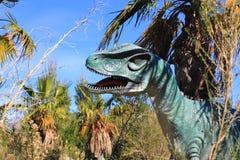 Velociraptordinosaurus bij een park royalty-vrije stock foto's