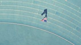 Velocista americano que faz um regaço de vitória com bandeira video estoque