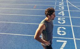 Velocista que está na pista de atletismo Fotografia de Stock Royalty Free