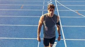 Velocista que está na pista de atletismo Fotos de Stock Royalty Free
