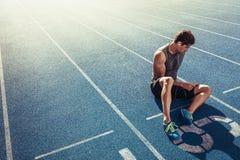 Velocista que relaxa na pista de atletismo Imagem de Stock