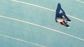 Velocista que senta-se na trilha atlética filme