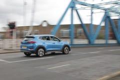 Velocità blu della gara motociclistica su pista del ponte dell'automobile immagine stock libera da diritti