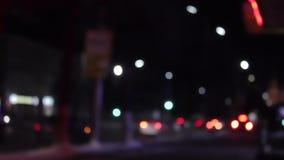 Velocità del semaforo nella notte con le automobili dinamiche Bokeh stock footage