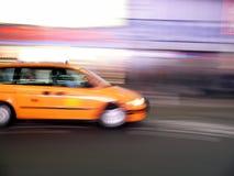Velocità del tassì del furgoncino attraverso il Times Square, New York City Immagini Stock