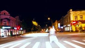 Velocità dell'automobile che guida al lasso di tempo di traffico della via della città di notte video d archivio