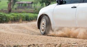 Velocità dell'automobile di raduno nella pista di sporcizia immagine stock