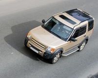 Velocità dell'automobile di SUV isolata lusso sulla strada isolata per Fotografia Stock Libera da Diritti