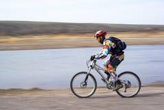 velocità della montagna di movimento del motociclista Fotografie Stock