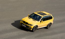 Velocità di lusso gialla del suv dell'automobile Fotografia Stock Libera da Diritti