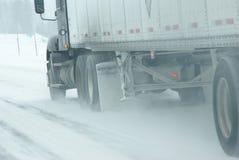 Velocità di traffico lungo le strade ghiacciate e nevose Immagini Stock Libere da Diritti